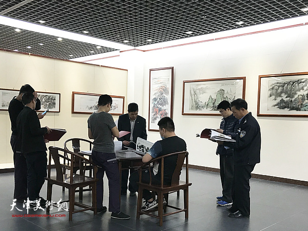 林泉清话——姜金军师生山水画作品展现场。