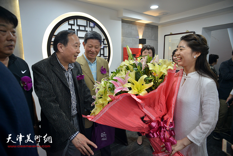 观修文化向鲁群先生献花,祝贺书法展开幕。