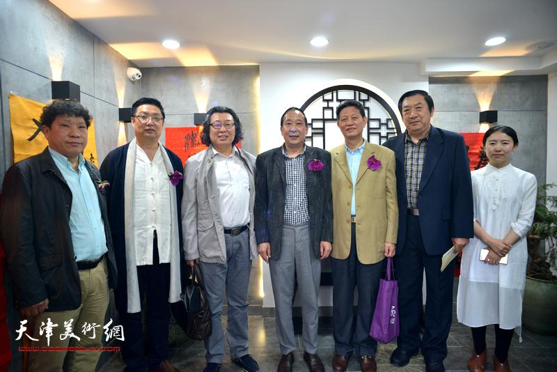 左起:孙国胜、谭海忠、邓英彪、鲁群、李向群、孙玉河、杨杰在书法展现场。