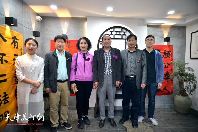 鲁群先生与观修文化创始人杨杰以及嘉宾孙国胜、袁增万、杨玉兰、谭海忠在书法展现场。