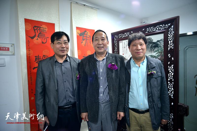 左起:袁增万、鲁群、孙国胜在书法展现场。
