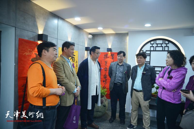 左起:卢智剑、李向群、谭海忠、袁增万、孙国胜、杨玉兰在书法展现场交流。