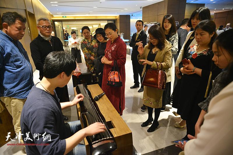 古琴专家在作品沙龙现场为来宾演奏古典名曲。