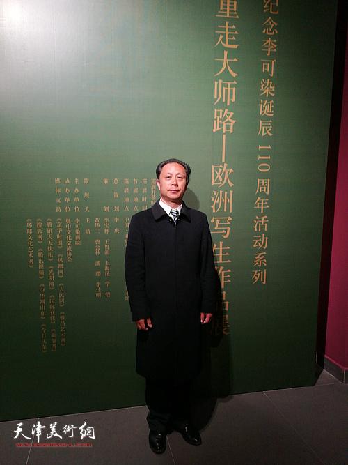 著名画家张大功在重走大师路欧洲写生作品展现场。