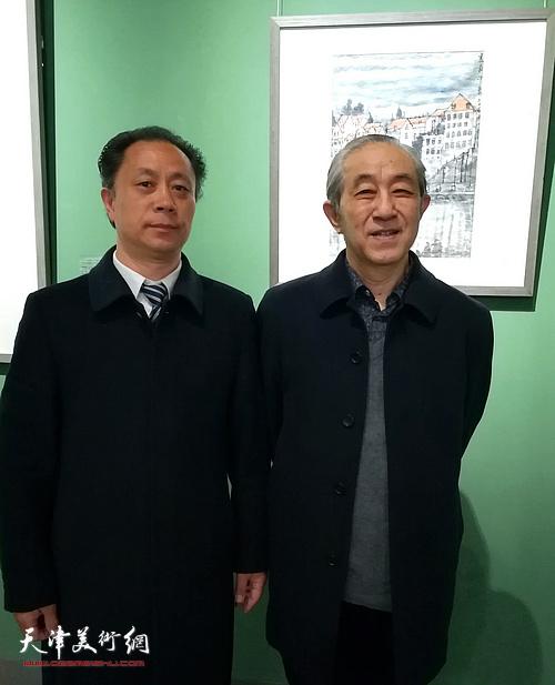中央民族大学教授、博士生导师李魁正与张大功在作品展现场。