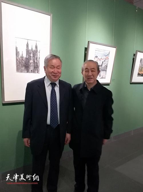 李庚、李魁正在展出的张大功作品前。