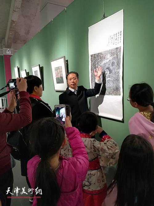 张大功向观众介绍展出的作品。