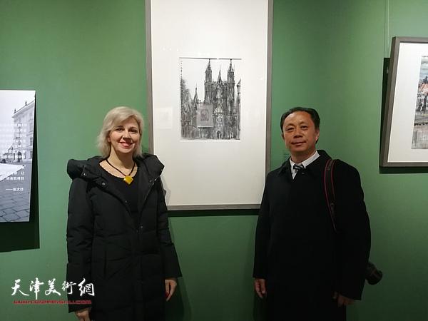 张大功与意大利文化使者马丽娅在作品展现场。