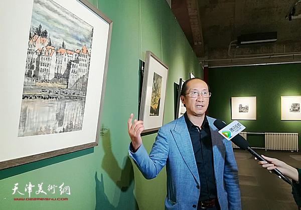 李可染画院副院长王海鲲在张大功作品前接受媒体采访