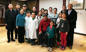 著名版画家吴燃在水香洲书院与孩子们分享窗花艺术