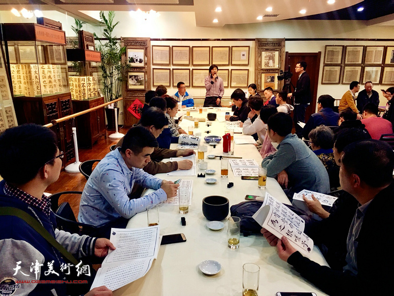 水香洲书院举办龚望先生临帖作品展,邀请书法家现场示范指导临帖。