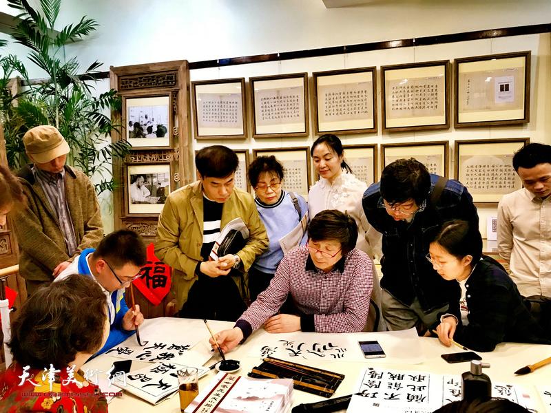 沈宪民老师在现场予以示范及指导临帖。