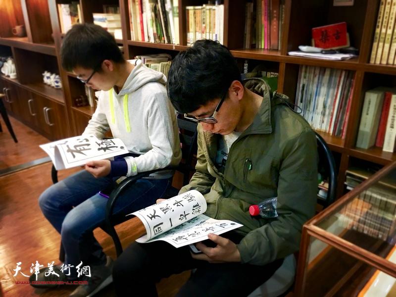 书法爱好者在现场读帖。