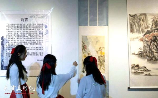 天津财大汉服社同学欣赏作品