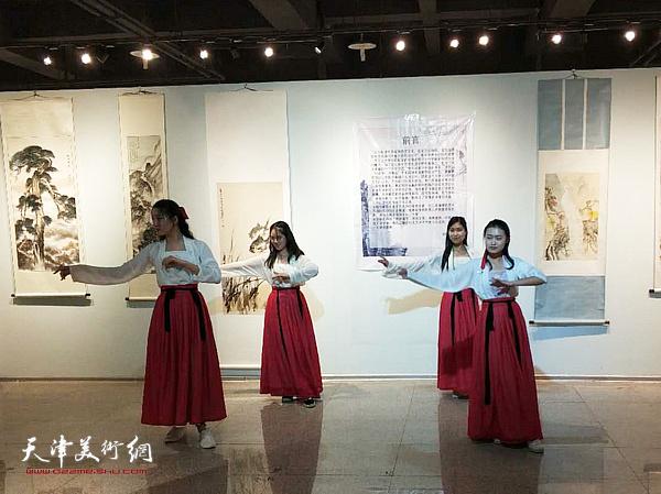 天津财大汉服社同学现场表演助兴。