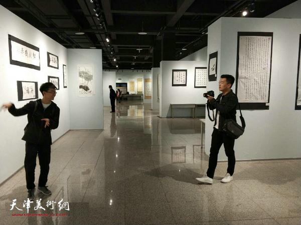 天津财大同学参观展出的作品。