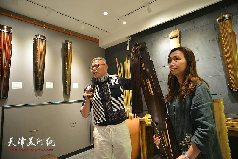 """""""乐器张""""斫琴第三代传人张俊国在现场介绍古琴。"""