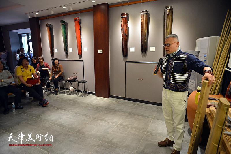 """""""乐器张""""斫琴第三代传人张俊国在现场介绍古琴的制作工艺。"""