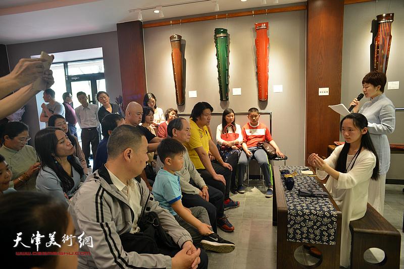 乐器张香道老师崔鹤巍和乐器张斫琴第四代传承人子怡为大家香道表演。
