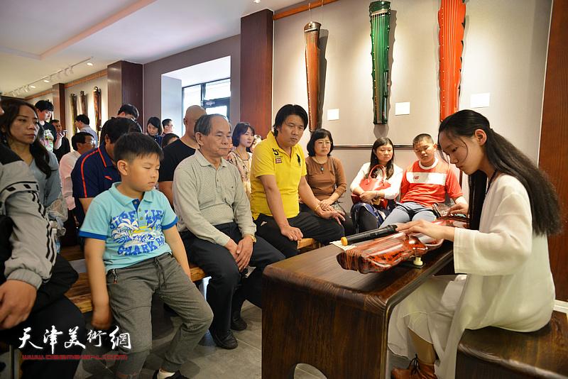 乐器张斫琴第四代传承人子怡现场弹奏。