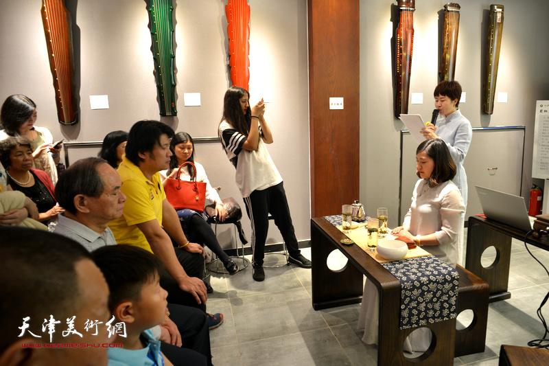 乐器张斫琴第四代传承人、国家高级茶艺师、国家高级评茶员西贝女士,崔鹤巍老师为大家绿茶表演。