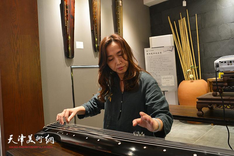 乐器张斫琴第三代传承人、十方雅集创办人蔡芷羚女士现场弹琴。