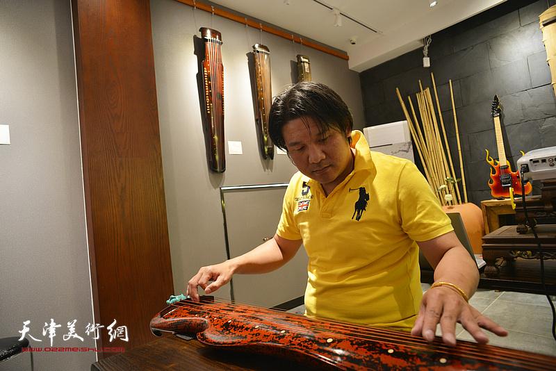 古琴发烧友李忠强现场弹琴。