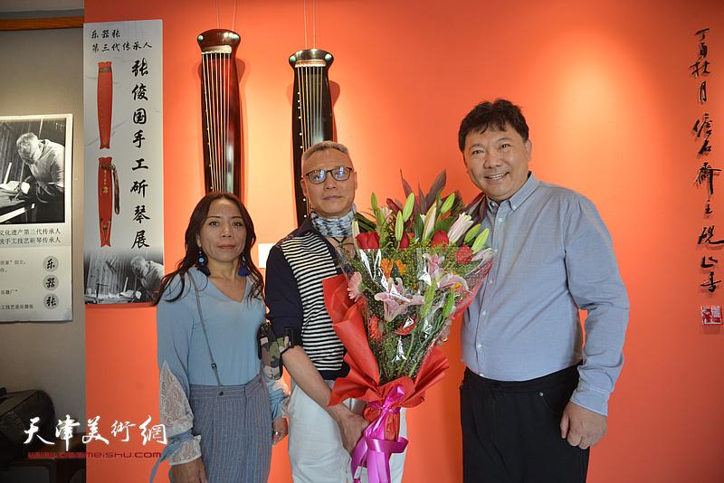 张俊国与艺术家秀夫、淋子在斫琴展演现场。