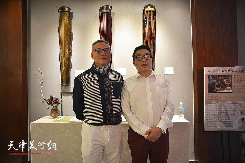 张俊国与天津巨龙画院院长张维在斫琴展演现场。