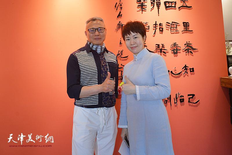 张俊国与乐器张香道老师崔鹤巍在斫琴展演现场。