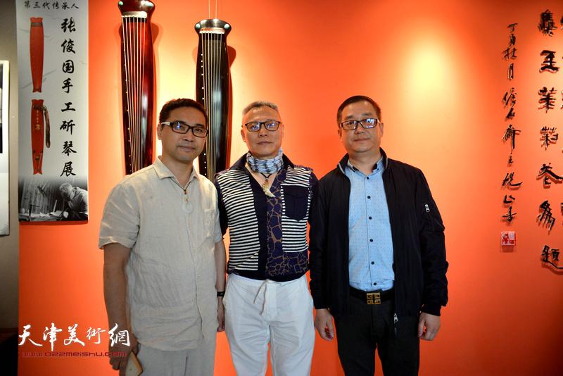 张俊国与古琴爱好者在斫琴展演现场。
