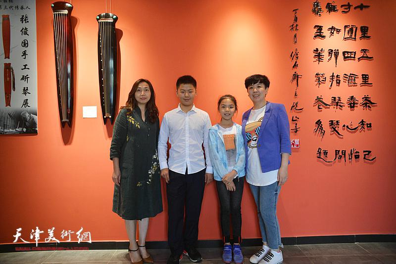 蔡芷羚与古琴爱好者在斫琴展演现场。