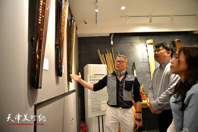 张国俊与秀夫、淋子在斫琴展演现场。