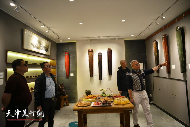 张国俊与观众观赏展出的古琴。