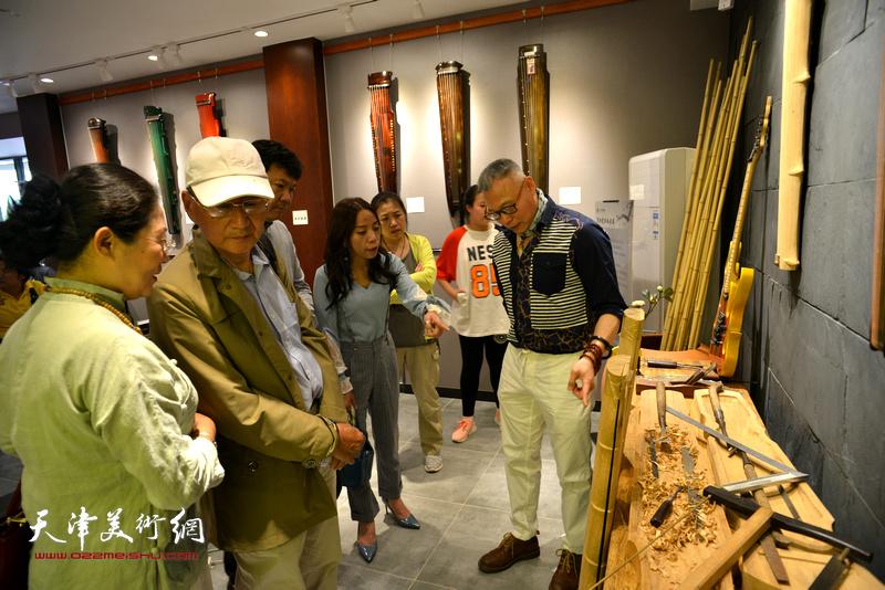 张国俊为观众介绍古琴的制作工艺。