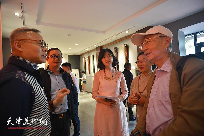 张国俊与观众在斫琴展演现场交流。