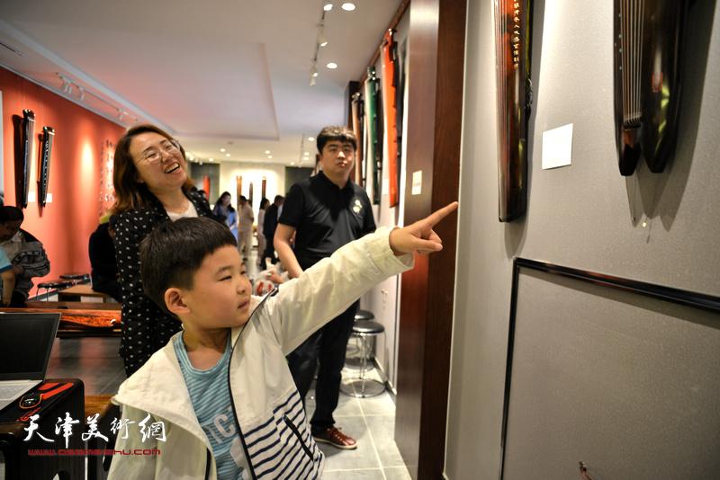楚桐蜀丝话古琴·乐器张手工斫琴展演现场。