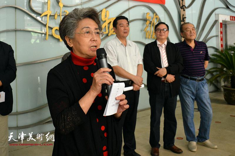 天津市人大常委会原副主任李润兰宣布展览开幕。