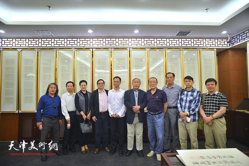 左起:孙富泉、张建华、郑少英、郑少英、王炯智、陈传武、张志连、彭英科、李根友在展览现场。