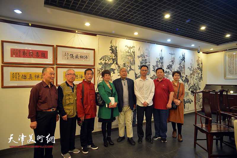 唐云来、张云友、王炯智、聂瑞辰、张文华等与王炯智在展览现场。