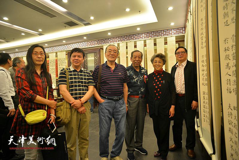 左起:拾景芳、李根友、陈传武、佟有为、李润兰、赵士英在展览现场。