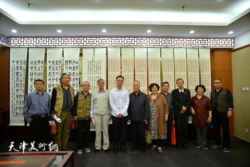 张云友、佟有为、张建国、孔祥月、赵清、王庆普、李双林等与王炯智在展览现场。