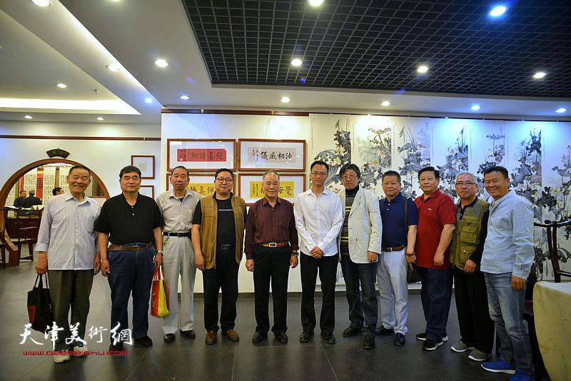张云友、赵清、吕立等与王炯智在展览现场。