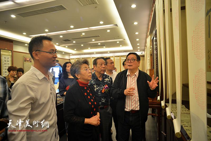 王炯智陪同李润兰、赵士英、佟有为观看展出的作品。