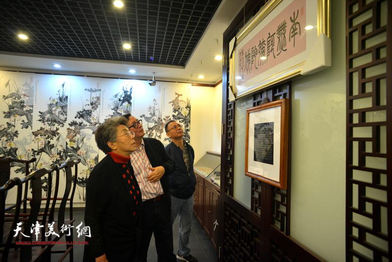 李润兰、赵士英、李金恒观看展出的作品。