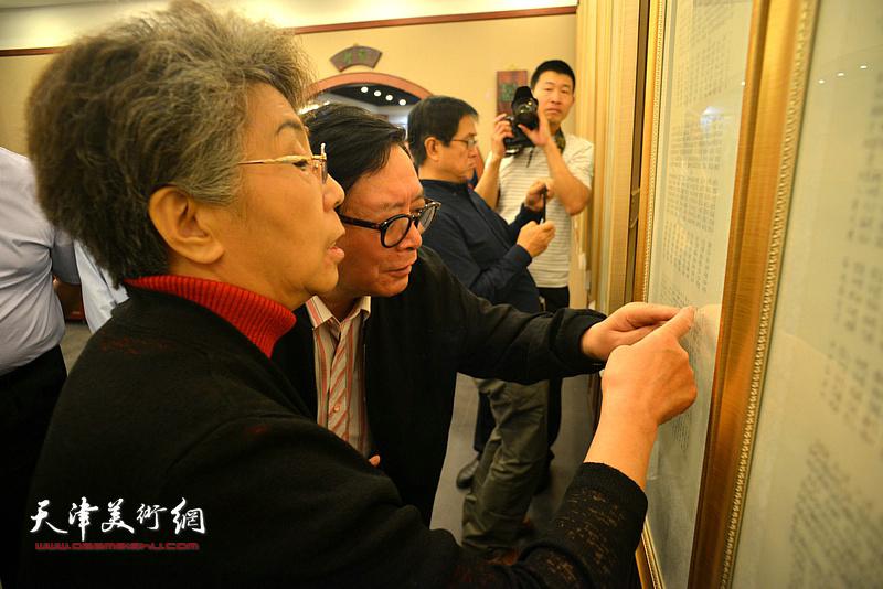 李润兰、赵士英观看展出的作品。
