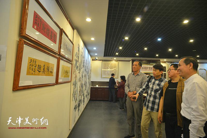 张志连、杨世勋、彭英科、赵清观看展出的作品。