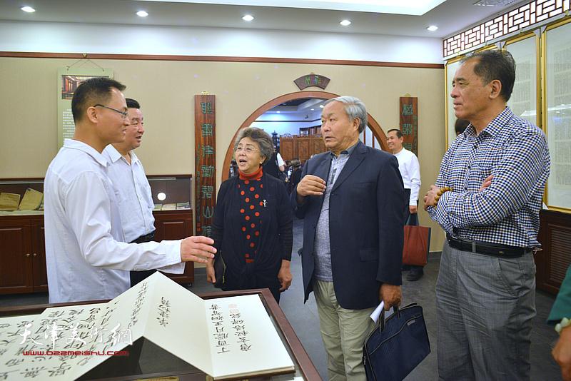 李润兰、唐云来、张志连、陈伟明与王炯智在展览现场交流