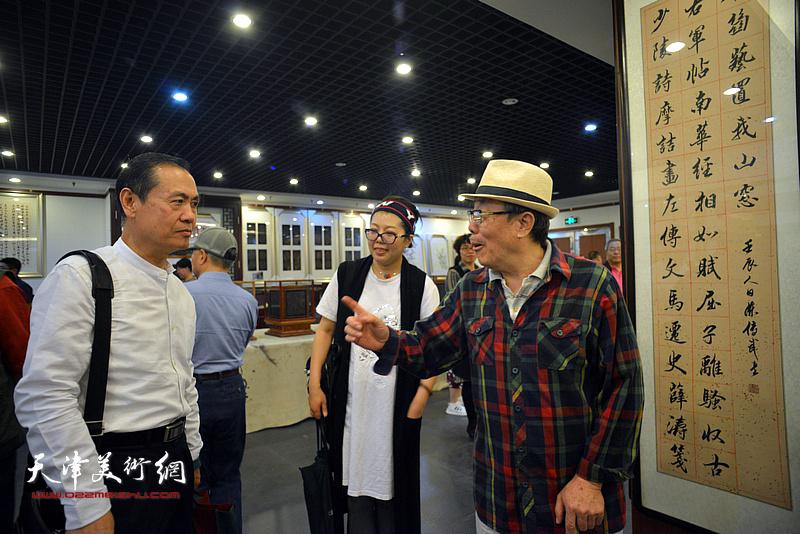 董鸿程、杨世勋、顾素文在展览现场交流