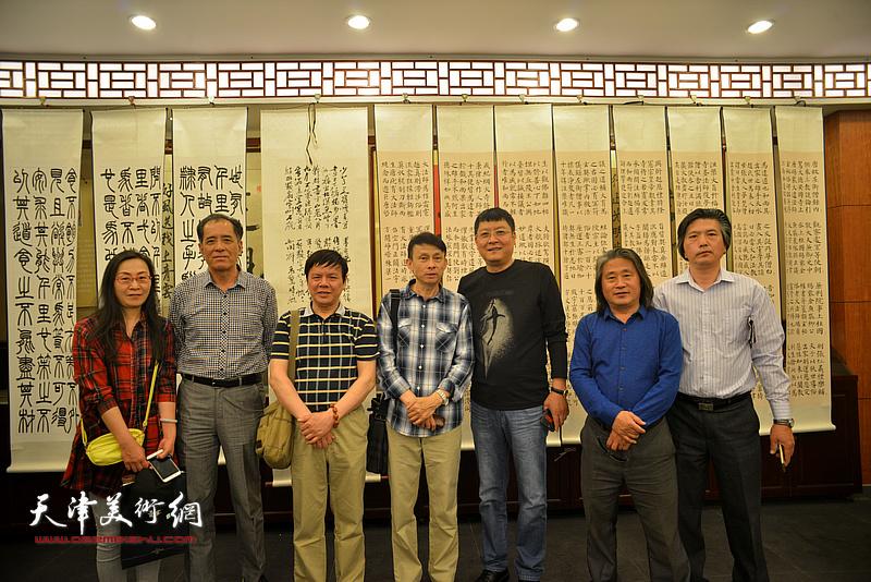左起:拾景芳、张志连、李根友、彭英科、孙学武、孙富泉、李津生在展览现场交流